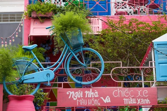 Tuan said the use of bicycle, painted blue, as a decoration outside the café is a throwback to his own childhood.  Bang Chau, a customer, highlighted the café's obvious attraction. This is a nice place with a different style from other coffee shops. You can take nice pictures anywhere.