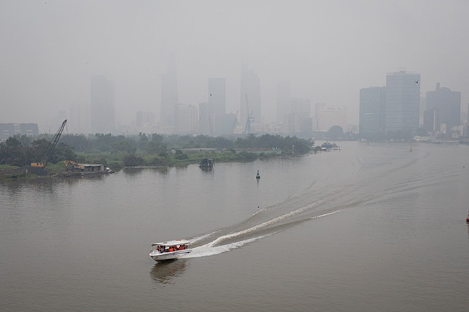 A view from Thu Thiem bridge in District 2 shows the thick fog pervading the city center on the morning of September 22, 2019. Photo by VnExpress/Thanh Nguyen.