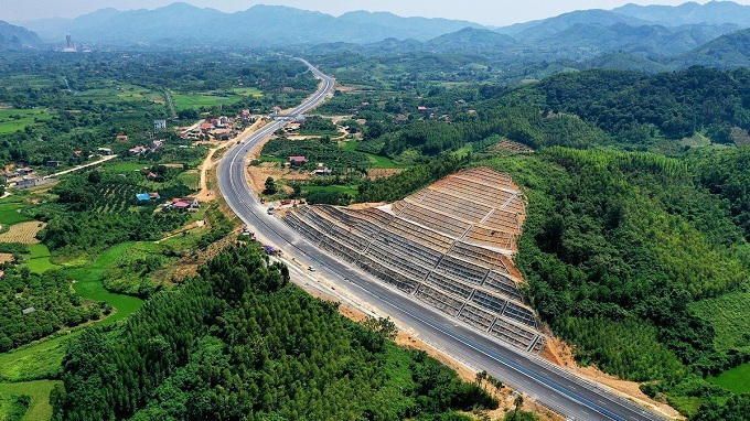 Work on the long-delayed expressway, which runs from National Highway 1's section in Chi Lang District in the northern mountainous province of Lang Son bordering China to the end of the section on the National Highway 1 in Bac Giang Province, around 80 kilometers to northeast of Hanoi, is 98 percent complete.Construction on the expressway started in October 2015 and was scheduled for completion last year. However, the Ministry of Transport had to select a new investor for the project after the original one ran out of capital.