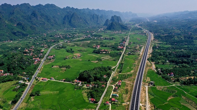 Upon completion, the expressway runs parallel to a strip on the existing National Highway 1A (Vietnam's 2,300 km transnational highway) which connects the two provinces, helping to reduce congestion, boost socio-economic development of northern provincesand reduce travel time from Hanoi to Lang Son to two hours and 30 minutes instead of three hours as now.