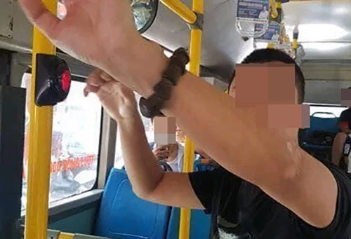 The perpetrators aged 38 were caught in the act by passengers and bus personnel and reported to the nearest police stations. Photo acquired by VnExpress.