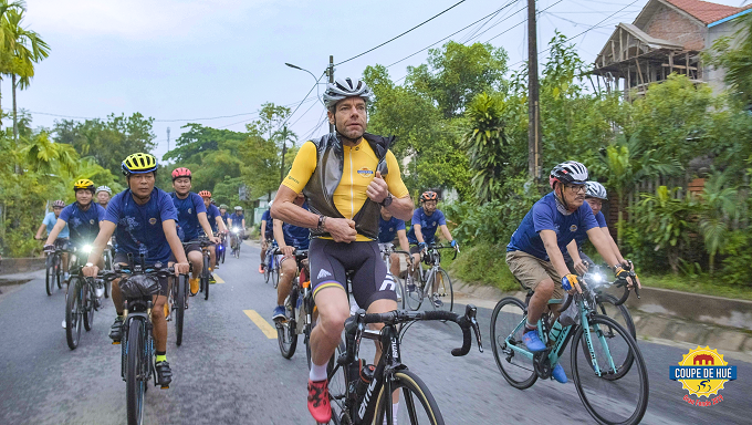 Cadel Evans (C) rides with local riders during the Coupe de Hue on September 22, 2019. Photo courtesy of Coupe de Hue Gran Fondo.
