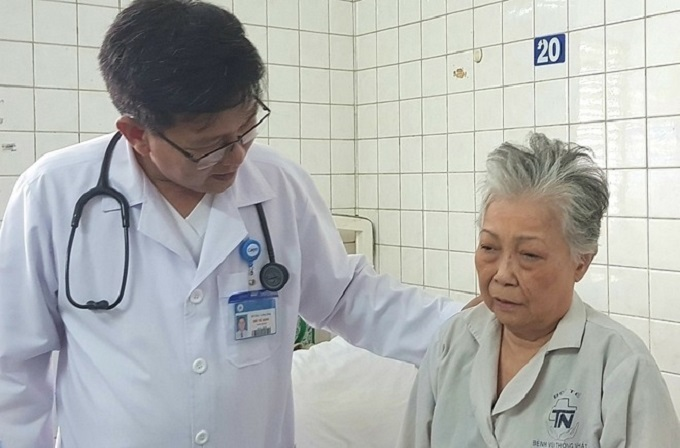 A doctor checks with a respiratory patient at a hospital in Ho Chi Minh City, September 24, 2019. Photo by VnExpress/Le Phuong.