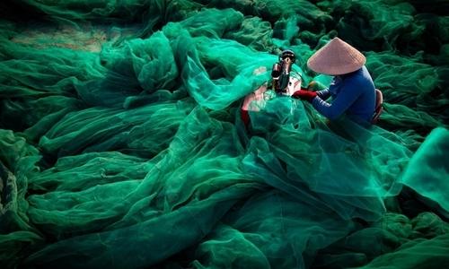 Vietnamese fishing net captures disturbing message in int'l photo contest