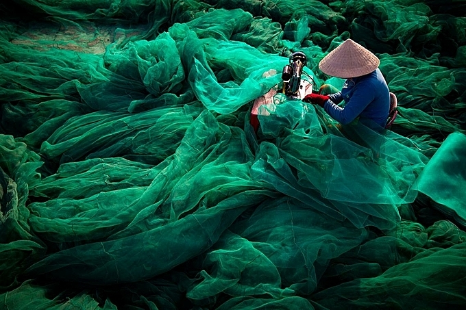 Sewing Net. Photo by Ciwem/Tran Tuan Viet.