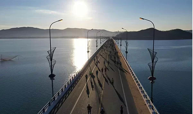 VnExpress Marathon is the only marathon in Vietnam that sets the course through the Thi Nai (2.5 km) sea overpass. Photo by VnExpress.