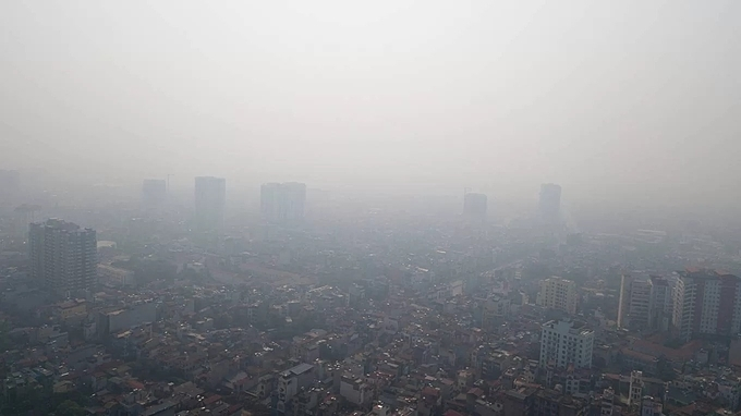At 8 a.m. on Monday, a bird view shows Hanoi sky chokes on haze, disfiguring buildings.A couple of hours earlier, AirVisual recorded Hanoi's air quality index (AQI) at 385 at 4 a.m. - the highest level the city has witnessed this month. From mid this month until recently, the AQIs of Hanoi and several other parts in northern Vietnam have stayed in the 151-200 range.AirVisual measures Hanois air quality based on 10 monitoring stations run by Hanoi authorities and four by non-profit organizations.However, this result is vastly different compared to the AQI recorded by the automatic monitoring systems in Hanoi installed at various spots, showing AQI ranging from 147 – 162.