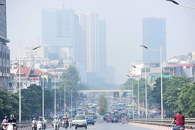 AirVisual shows the AQI of Nguyen Chi Thanh Street stood at 302 at 8 a.m. this morning but by a monitoring station on Thanh Cong Street (1.2 km away), its 150.The AQI, a metric used by multiple governmental agencies to determine how polluted the air is, ranges from 0 to 500, where high index values indicate higher levels of air pollution and higher potential for adverse health effects. An AQI level above 100 is considered polluted or unhealthy for humans. Children, seniors and individuals with respiratory and heart diseases are recommended to avoid sustained and high-intensity outdoor exercises when AQI levels reach 150 or above.