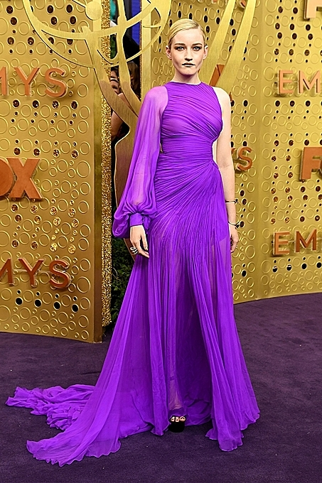 Julia Garner glowed in a vibrant purple, single-sleeved Cong Tri gown. Photo by AFP.
