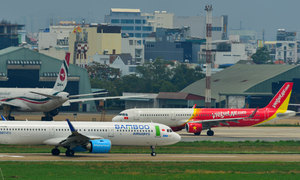 Four carriers offer flight safety officers to Vietnam aviation authority