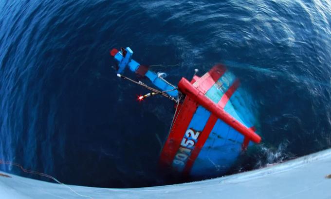 China prevents Vietnamese fishermen from recovering sunken vessel