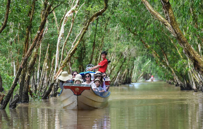 Tourists explore the Tra Su Magrove Forest in a motorboat. Situated in Tinh Bien District, about 20 km south of Chau Doc Town, the capital of An Giang Province, the 800-hectare forest is one of the most popular tourist destinations in the Mekong Delta region.