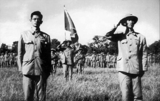 Major-General Vuong Thua Vu (R) and doctor Tran Duy Hung - the Chairman of the first Hanoi's administrative committeeduring the ceremony.