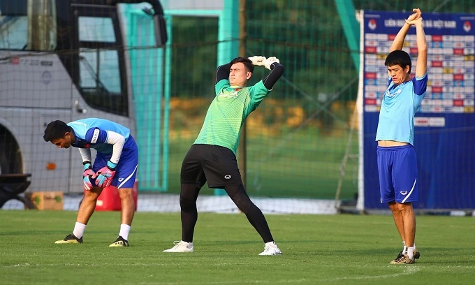 Goalkeeper Dang Van Lam warms up for the training session.