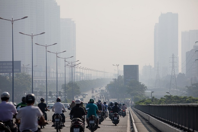 People travel under heavy smog on the Saigon Bridge, October 3, 2019. Photo by VnExpress/Thanh Nguyen.