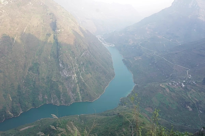 At 2,000 meters above sea level, the pass rewards visitors with magnificent views of the jade-colored Nho Que River below. Photo by VnExpress/Xu Kien