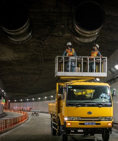 Around half an hour after midnight, engineers Nguyen Tuyen Hung and Dang Ngoc Hoa start their work of cleaning and maintaining the jet turbines on the ceiling of the tunnel. There are 12 such turbines inside the tunnel that circulate the air. They are checked every six months and normally, the cleanup and maintenance lasts two nights in a row.