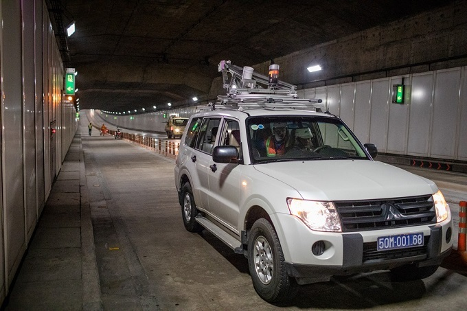 The SUV equipped with laser scanning device moves slowly along the tunnel. Sitting inside, Long devotes all his attention to the data collected.The vehicle must move steadily at the speed of less than 20 kilometers per hour for scanning. To collect the most exact data, it will scan each lane three times and normally, the job will last the whole night.After every scanning run, we normally collect up to 60GB of data. We will analyze it and compare it with the original one when the tunnel was first put into use to evaluate the actual condition.