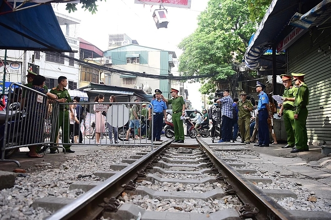Around 8:30 a.m., more than 20 police officers started putting up barriers at railway crossings along the Hanoi Train Street where railway tracks run alongside Dien Bien Phu and Phung Hung streets in the heart of the Hanoi's Old Quarter just a few feet away from residences on either side.The crackdown came after the Ministry of Transport had already ordered the city government to take urgent measures to remove street vendors and illegal businesses that have sprung up along both sides of the tracks.