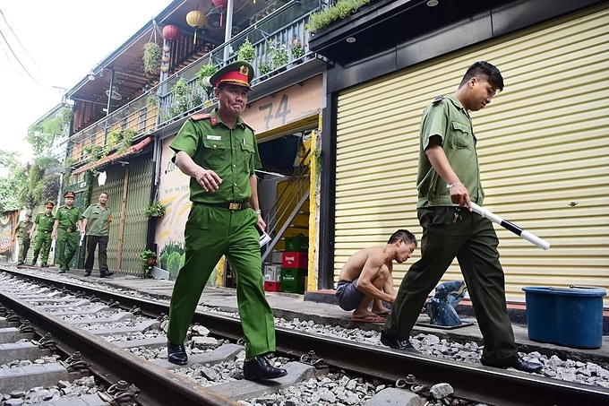 Police officers work with each business household, asking them to pledge not to arrange tables and chairs along both sides of the train.This section of the tracks have become a favored haunt, with many people turning it into a popular selfie hotspot while café owners setting up makeshift shops to serve tourists.