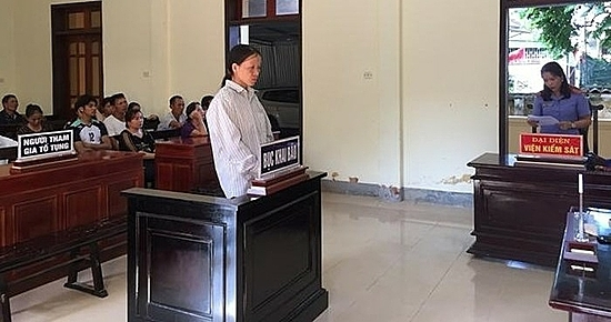 Nguyen Thi Hao stands in court on October 11, 2019 for causing forest fire in Ha Tinh Province. Photo acquired by VnExpress.
