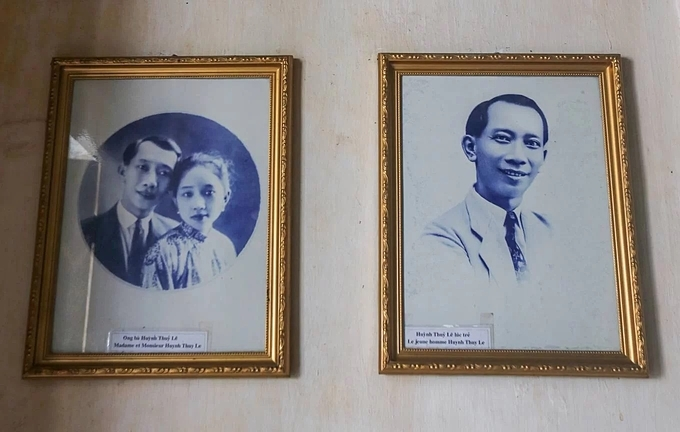 On the wall, there are many family photos, including the portrait of Huynh Thuy Le and his wife.