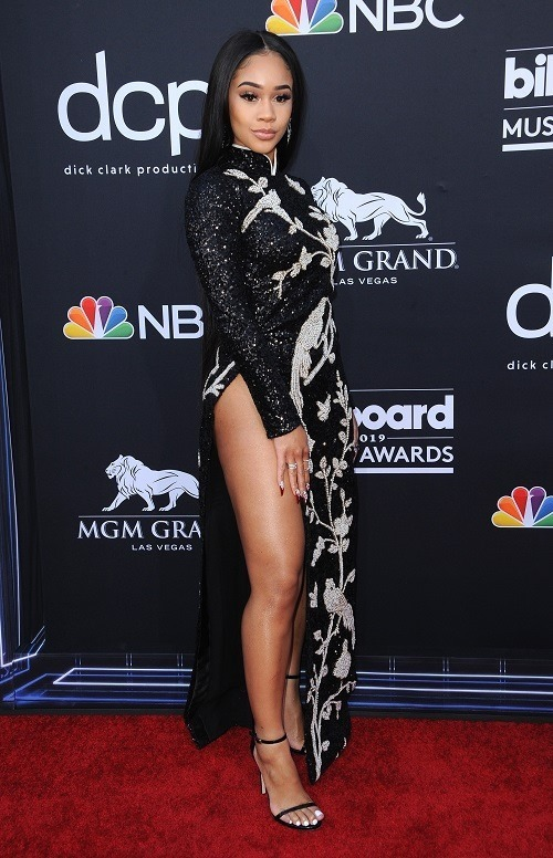 However, Musgraves was not the first foreign star who spiced up ao dai by eschewing its flared trousers. On the red carpet of the Billboard Music Awards 2019, 25-year-old American rapper Saweetie also wore an outfit resembling the Vietnamese ao dai with no pants. Photo by Shutterstock/Tinseltown.