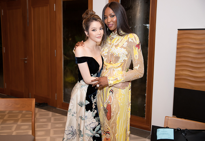 In 2018, world famous supermodel Naomi Campbellhad her first visit to the southern city of Can Tho and chose an ao dai designed by Cong Tri to wear at an event.The black panther model looks discreet and elegant in the Vietnamese traditional dress, which is different from the rebellion and strong personalities that people often see in her. Photo by VnExpress/Duy Khanh.