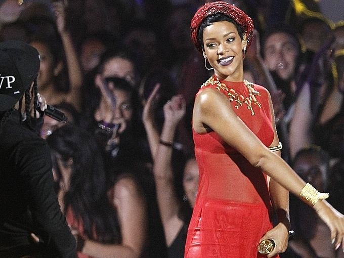 In 2012, Rihanna chose a modern design of ao dai for her performance at the MTV Music Video Award. The red sleeveless ao dai was a combination of modern and traditional features, making an impression on international audiences. Photo by Reuters/Mario Anzuoni.