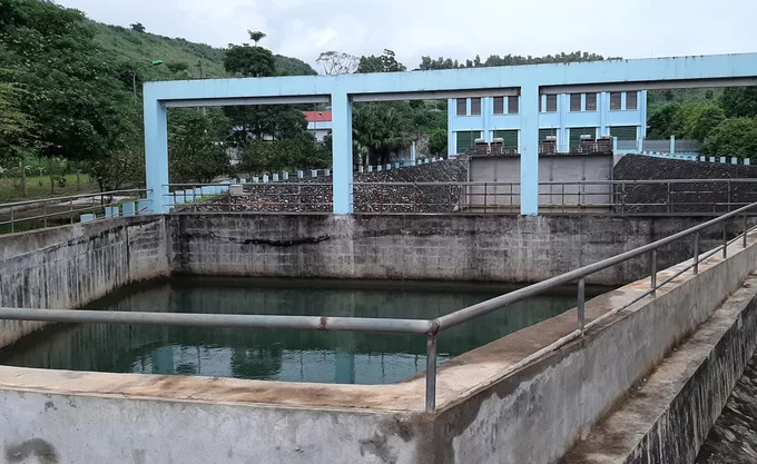 Water in one of the companys reservoirs has become much clearer, said locals.Authorities are taking water samples for testing to find out what caused the change in color and the pungent smell, said Truong Quang Hai, deputy head of the Hoa Binh Police Department.