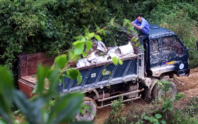 Viwasupco has deployed trucks and personnel to remove the mud and soil in streams sections contaminated with oil, putting them in bags and gather them at a waste collection point.
