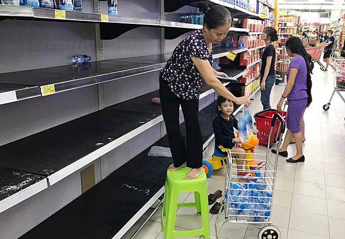 Bottled water flies off supermarket shelves on Tran Duy Hung Street in Hanoi on October 16, 2019. Photo by VnExpress/Ngoc Thanh.