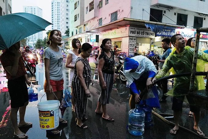 Residents of an apartment complex in southwestern Hanoi wait to take water from a tanker after their tap water was contaminated with oil, October 14, 2019. Photo by VnExpress/Ngoc Thanh.