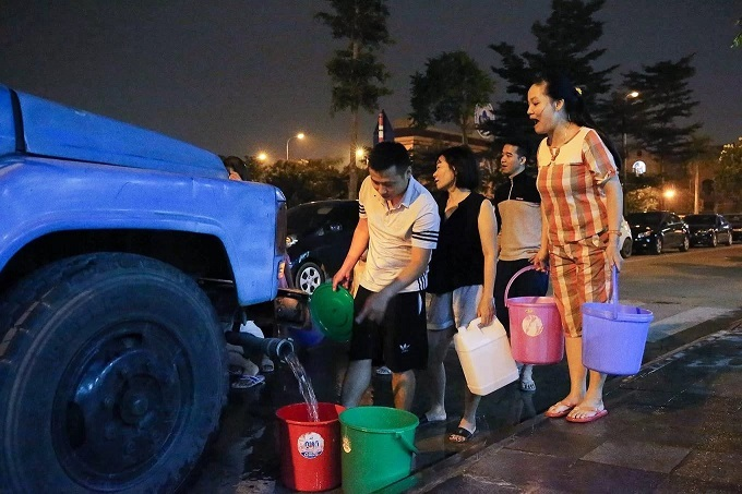 People in Hanoi collect water from a tanker as their tap water has been contaminated with oil, October 15, 2019. Photo by VnExpress/Ngoc Thanh.