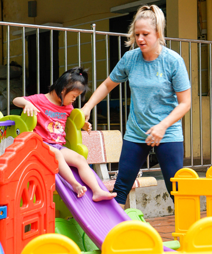 Carly and Mit at Thuy An Disability Children And Older Nourishing Center. Photo by VnExpress/Trong Nghia.