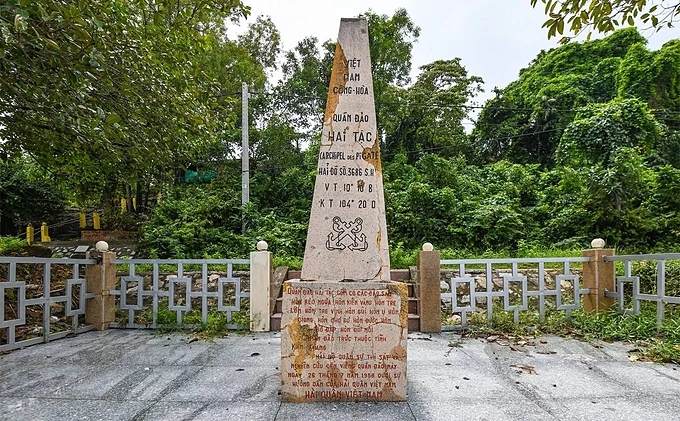 The archipelago consists of 16 islands, of which Hon Tre Lon, or Hon Doc, has the largest populations of residents. One of the famous sights is the sovereign stele of the Pirate Islands built in 1958. The stele is located southwest at the only white sand beach of Hon Doc. The stone erection is about one kilometer from the islands jetty.
