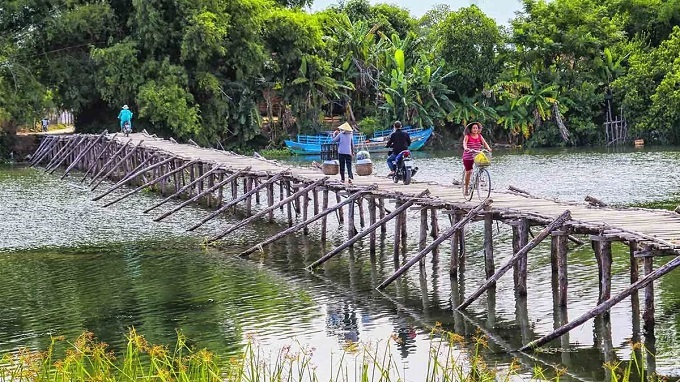 A bamboo bridge over Tra Bong river in Binh Duong Commune, Binh Son District. Tra Bong is a famous river in Quang Ngai and is mentioned in the well-known poem Nho con song que huong (Missing the village river) by Te Hanh.