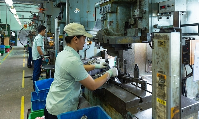 Vietnam lags far behind in setting healthy work hours: lawmakers