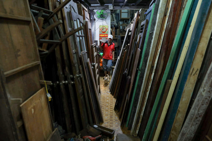 Bustle and hustle in Saigons antique wooden market - 5