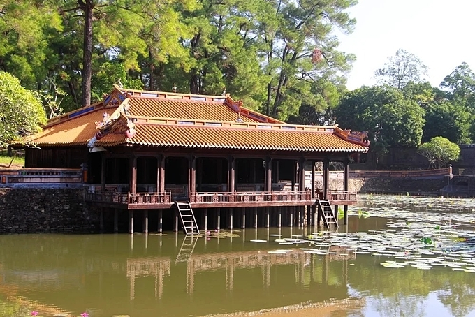 [Xung Khiem Ta and Du Khiem Ta located by Luu Khiem lake are made of wood and covered with gold colour-tiled roofs. The King used to frequent here to do sightseeing, write poems and read books. Today, Hue Monuments Conservation Center regularly organizes performances of songs about Hue at Xung Khiem Ta building for visitors.