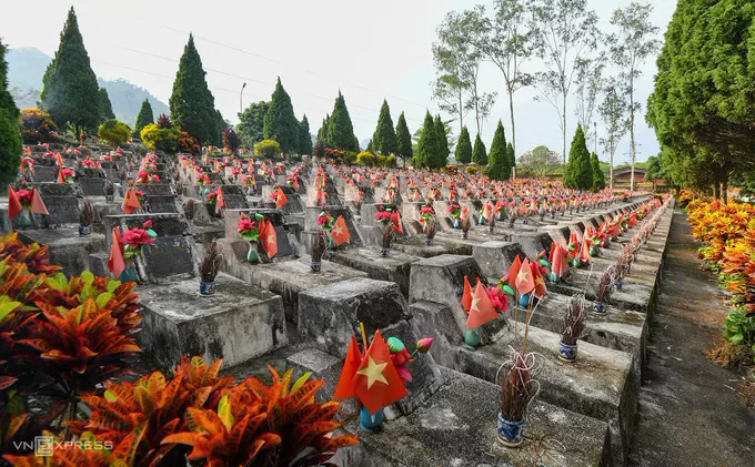 The Vi Xuyen National Martyrs Cemetery in Ha Giangs Vi Xuyen District is home to 1,800 Vietnamese soldiers who fought at the Vi Xuyen front in the Sino-Vietnamese border conflicts (1979-1991).