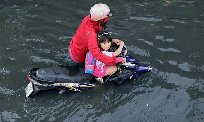 Saigon warned of high tide, heavy flooding
