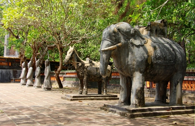 Like in the tombs of all Nguyen Dynasty kings, there is a court in front of King Tu Duc's tomb. On both sides of the court are statues of battle horses and elephants exquisitely carved in stone.