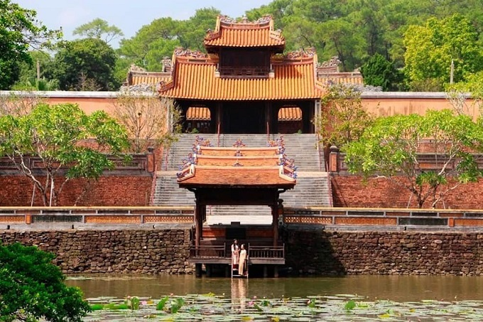 The architecture of Tu Ducs tomb reflects the emperor's romantic nature. In front of the tomb is Giang Khiem Mountain and behind it is Duong Xuan Mountain. Inside the complex is Luu Khiem Lake.