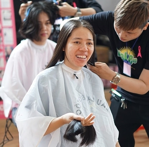A hair donator at the event. Photo by VnExpress/Cam Anh.