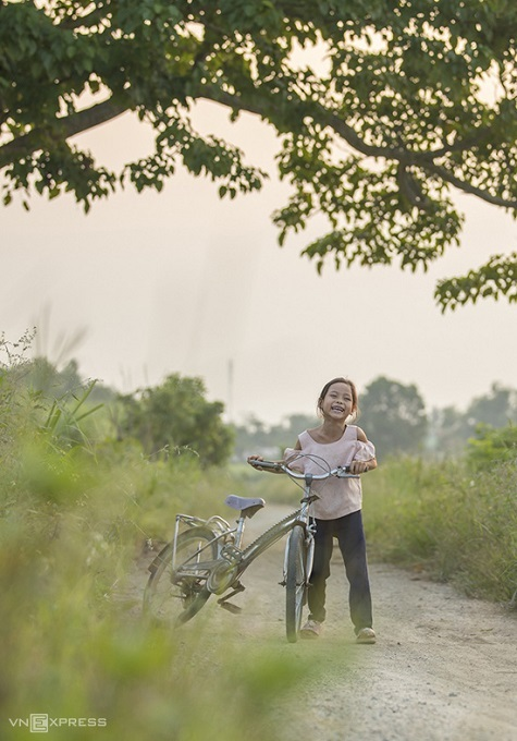 Nguyen Phong, a Hue photographer who took these photos, said: I feel a sense of peace when I observe the beauty of Ha Cang. The countryside is the quietest, most peaceful place for me to go to when I feel tired. This place has a beautiful landscape, the people are sincere and warm-hearted.