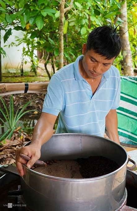 To make cocoa, the workers crush the seeds using a heated mortar and pestle until they get a smooth mixture.