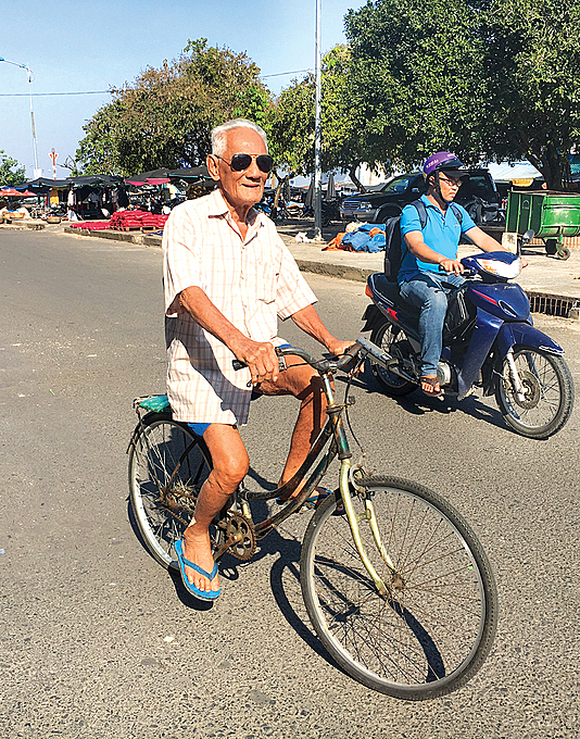 102-year-old Quach Van Banh rides his bicycle. Photo by Khanh Hung.