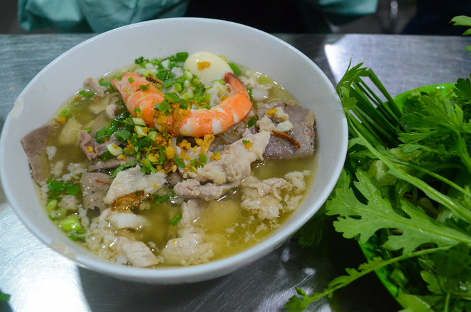 A bowl of hu tieu with lean pork, shrimp, quai egg, and inners. Photo by VnExpress/Di Vy.