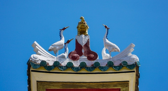 An elephant and four white flamingos adorn the pagoda roof, indicating that the power of consciousness is protecting the pagoda.